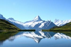 reflets des sommets dans un lac